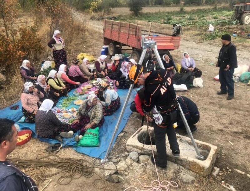 Kuyuya düşen tilki kurtarıldı, tarım işçileri izledi