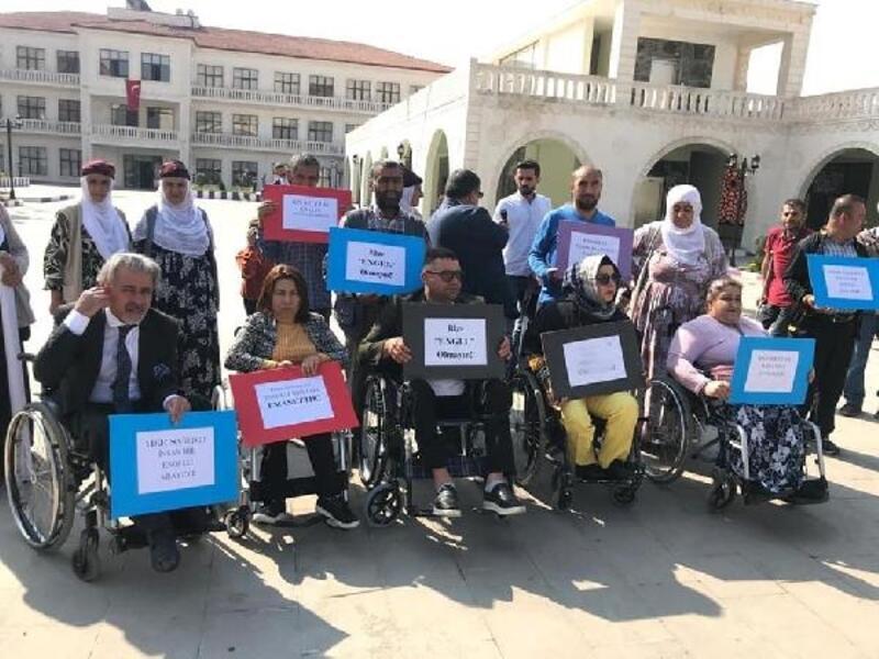 HDP'li belediyenin işten çıkardığı engelli için eylem yaptılar