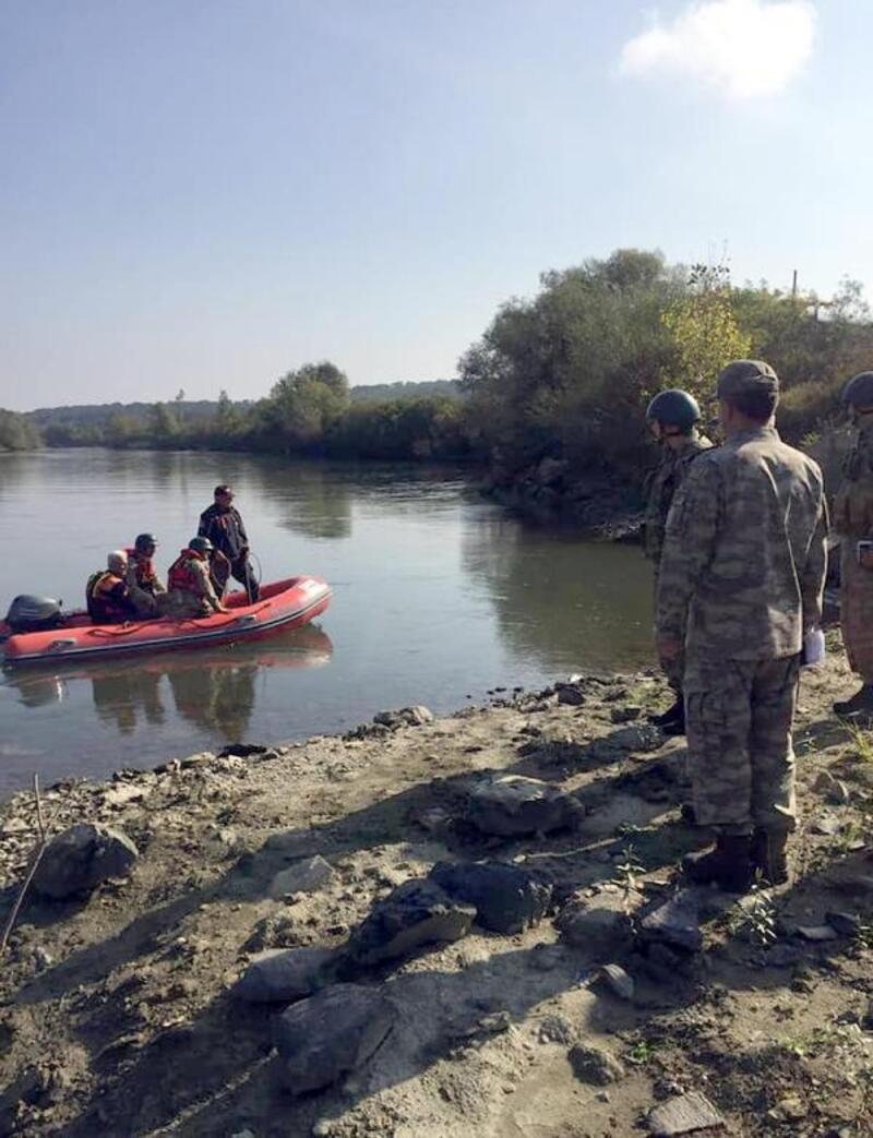Meriç Nehri'nde kaçakların kullandığı lastik botlar toplandı
