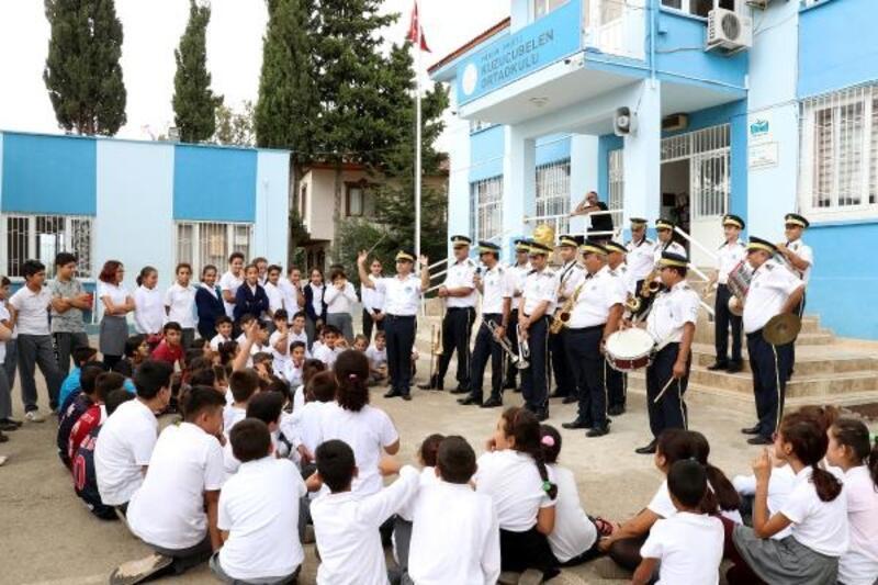 Öğrenciler bando ve enstrümanla tanışıyor