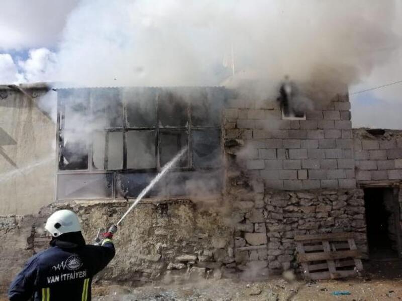 Van'da 6 kişilik ailenin evi yandı