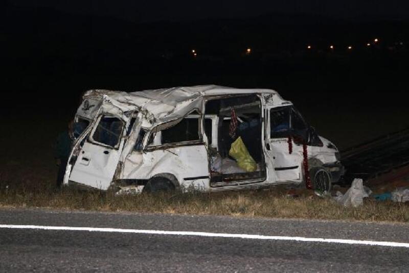 Suriyeli işçileri taşıyan minibüs takla attı: 14 yaralı