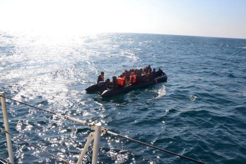 Enez'de lastik botta 36 kaçak göçmen yakalandı