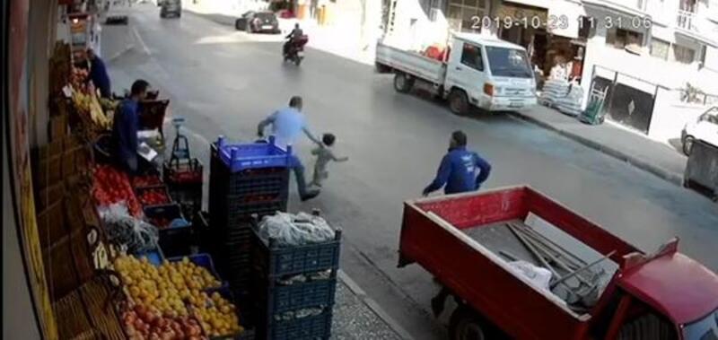 Küçük çocuğun kamyonetin altında kalmaktan son anda kurtarılması kamerada