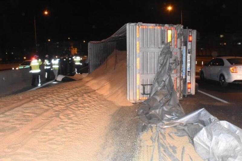 İzmir'de, kontrolden çıkan kamyon devrildi