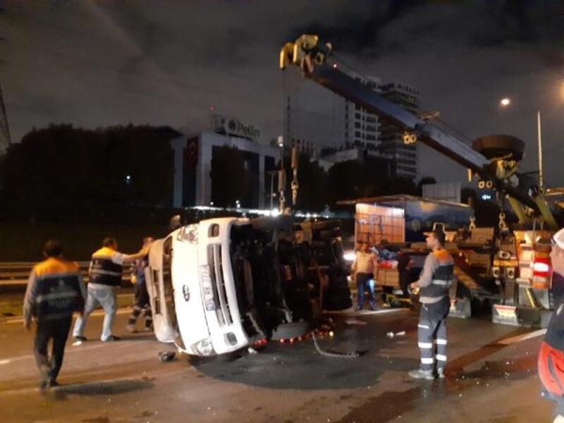 Basın Ekspres Yolu'nda kamyonet devrildi: 2 yaralı
