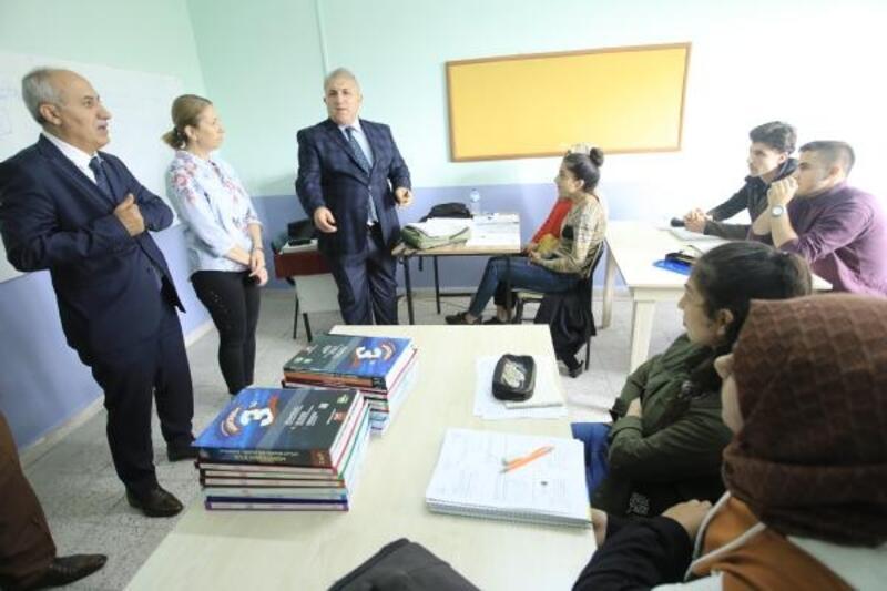 Yenişehir'de üniversiteye hazırlanan öğrencilere ücretsiz kitap dağıtıldı