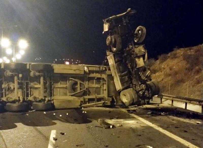 Önündeki TIR'ın dorsesine çarpan TIR şoförü öldü
