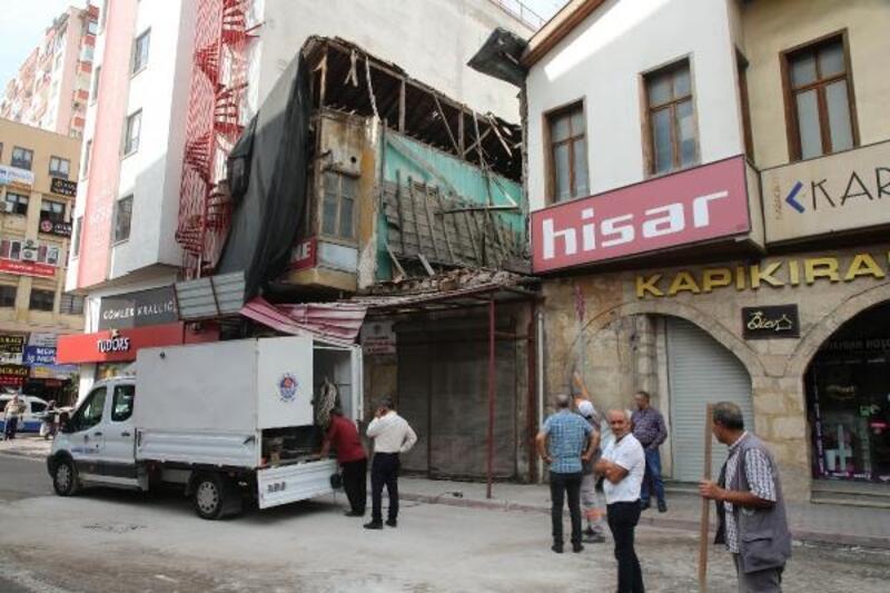 Mersin'de, korumaya alınan binada çökme