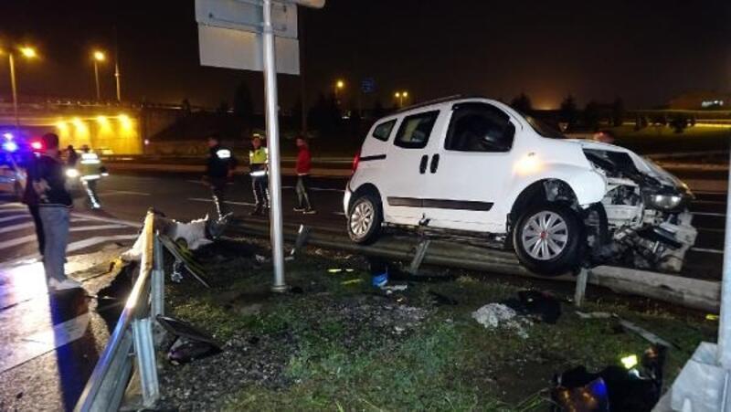 Bariyerlere çarpan hafif ticari araçtaki 1'i bebek 4 kişi yaralandı