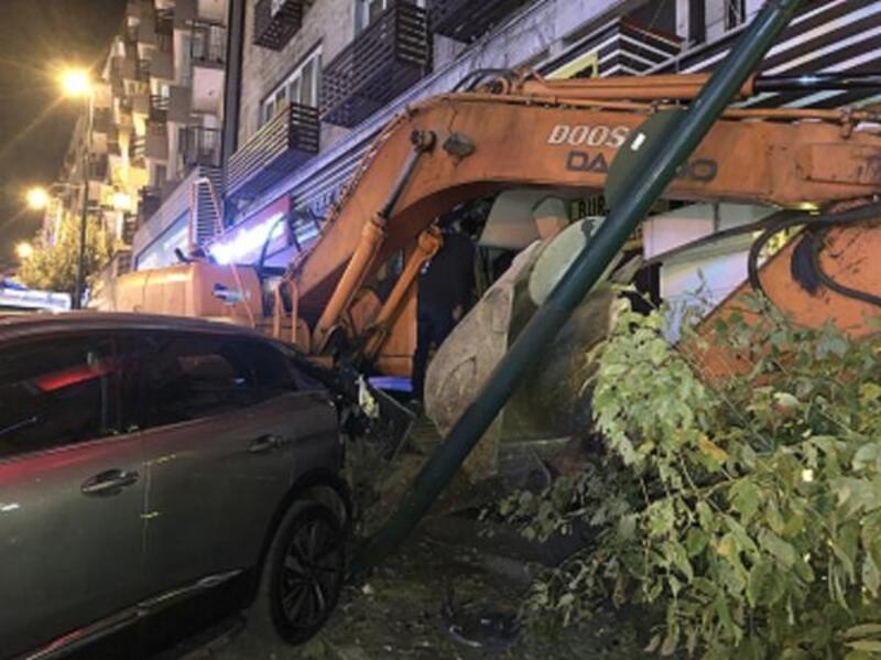 Bursa'da, freni boşalan iş makinesi restorana çarptı