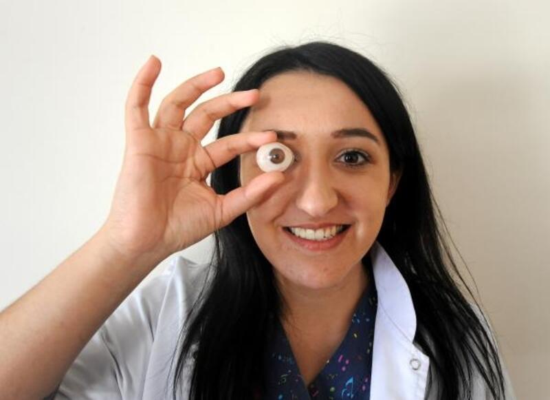 Gözlerini kaybedenler için protez göz tasarlıyor