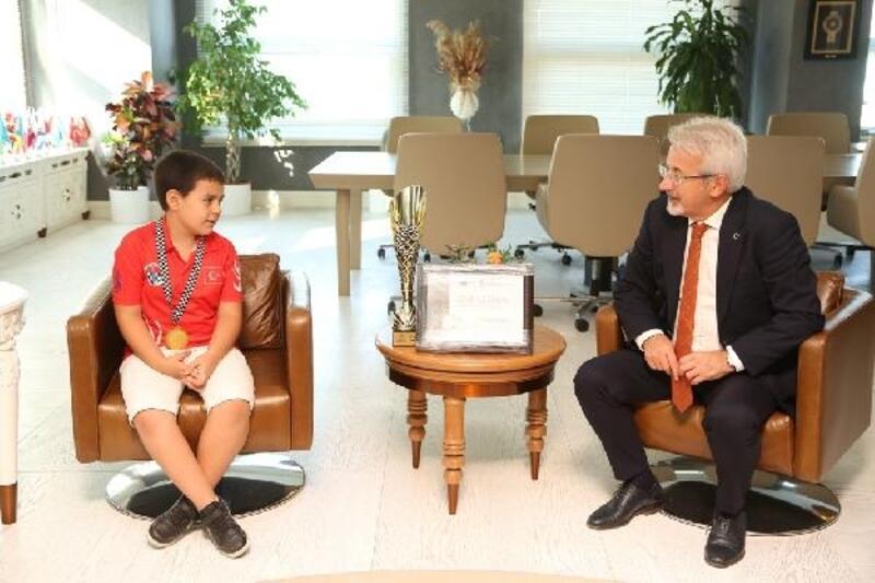 Turgay Erdem, 8 yaşındaki şampiyonu ağırladı