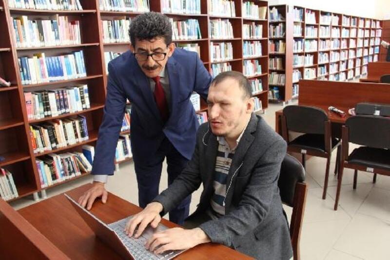 Kırklareli Üniversitesi'nde görme engelli öğrenciye bilgisayar hediye edildi