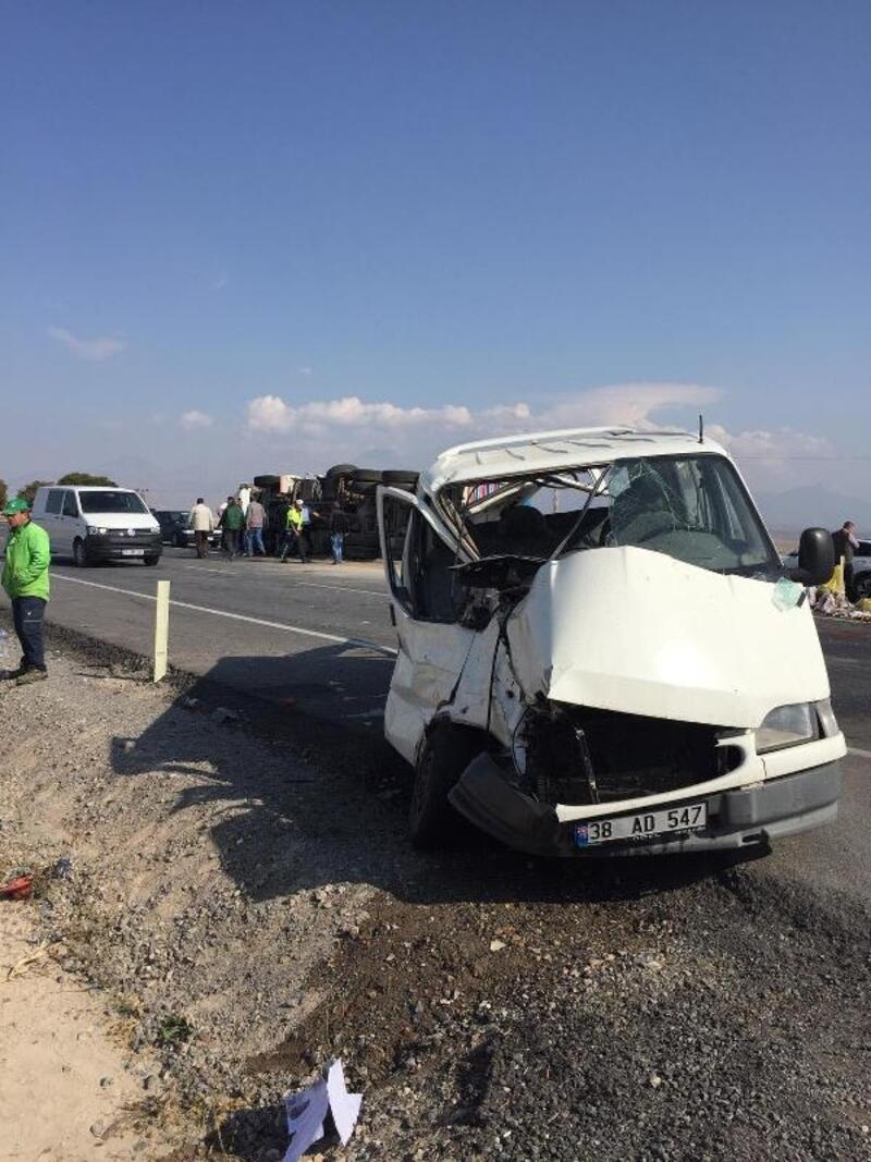 Kayseri'de TIR ile minibüs çarpıştı: 7 yaralı