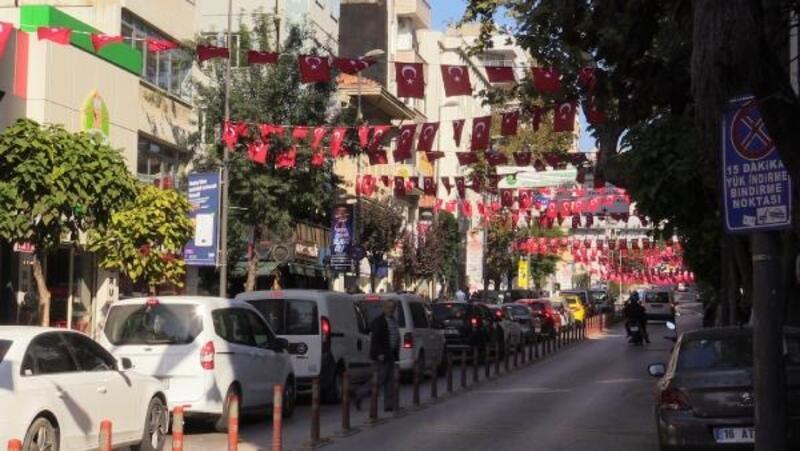 Bandırma'da cadde ve sokaklar bayraklarla süslendi