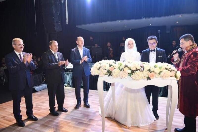 Bakan Soylu düğüne katıldı