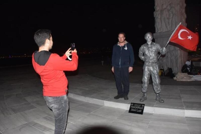 29 Ekim Cumhuriyet Bayramı ve şehitler için 24 saatlik canlı heykel gösterisi