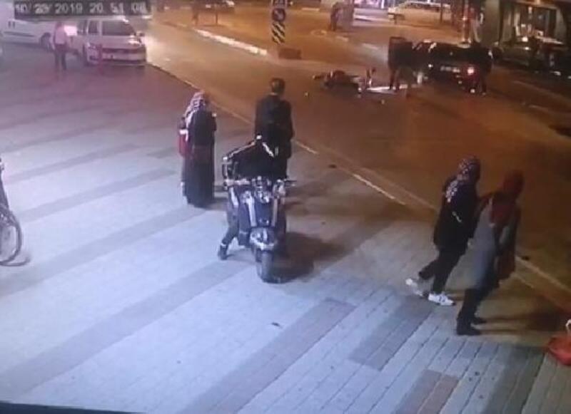 Otomobil sürücüsünün, motosikletliyi darbetmesi kamerada