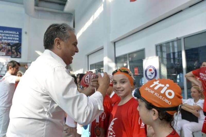Madalyalar Başkan Uysal'dan
