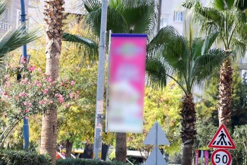 Mersin'de elektrik direklerine reklam asılmayacak