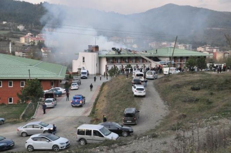 Öğrencilerin kaldığı otelin çatısı yandı