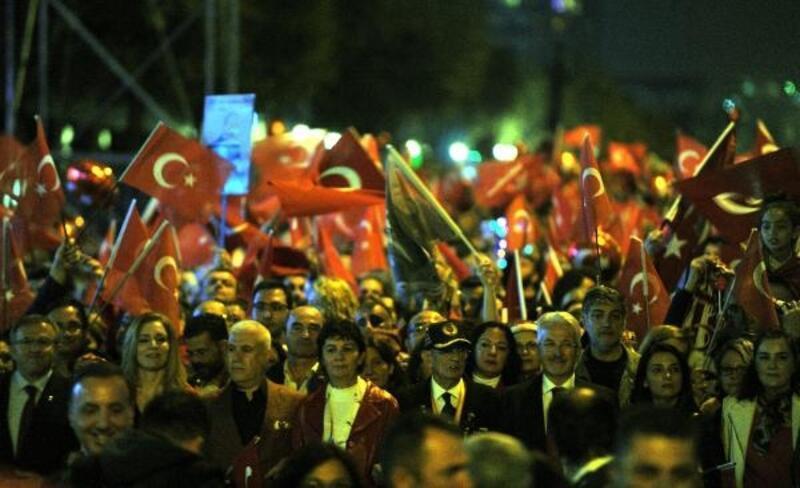 Bursa'da yüzbinlerce kişi Cumhuriyet için yürüdü