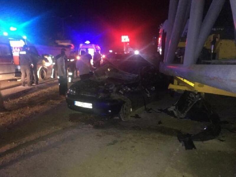 Otomobil, park halindeki TIR'a çarptı: 7 yaralı