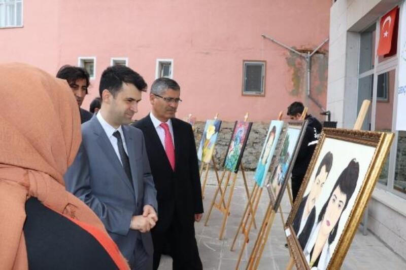 Suşehri'nde kursiyerlerden resim sergisi