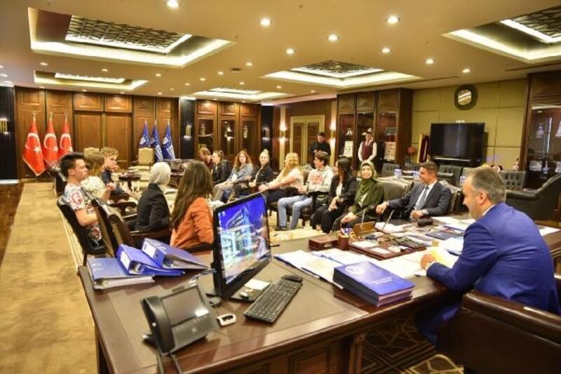 Bursa'da buluşan dünya gençleri Başkan Aktaş'ı ziyaret etti