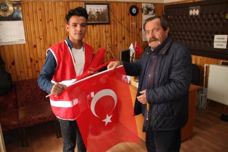 Suşehri'nde Kızılay esnafa Türk bayrağı dağıttı
