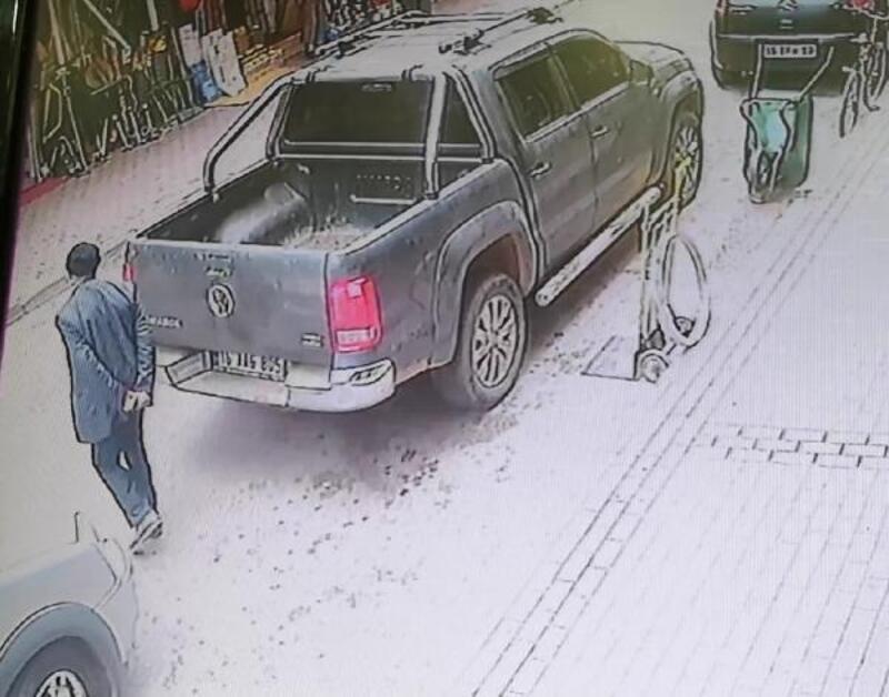 Yaşlı adamın yaralandığı kaza kamerada