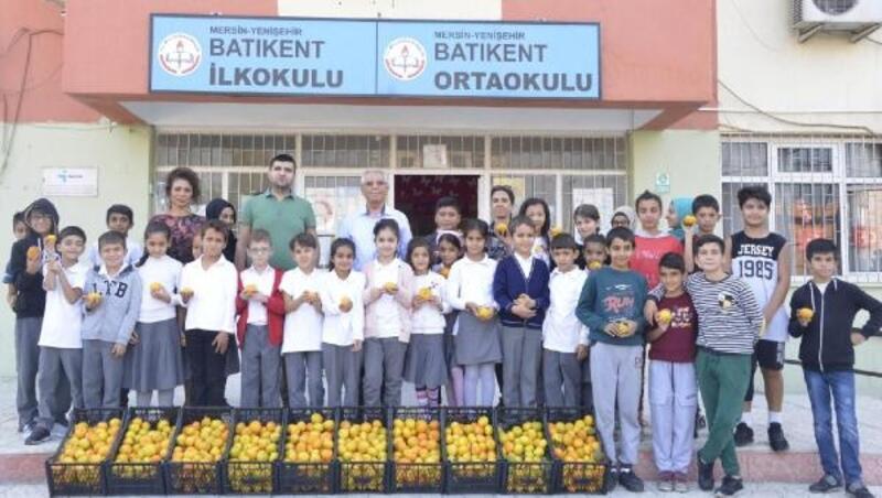 Yenişehir Belediyesi, öğrencilerenarenciye dağıttı