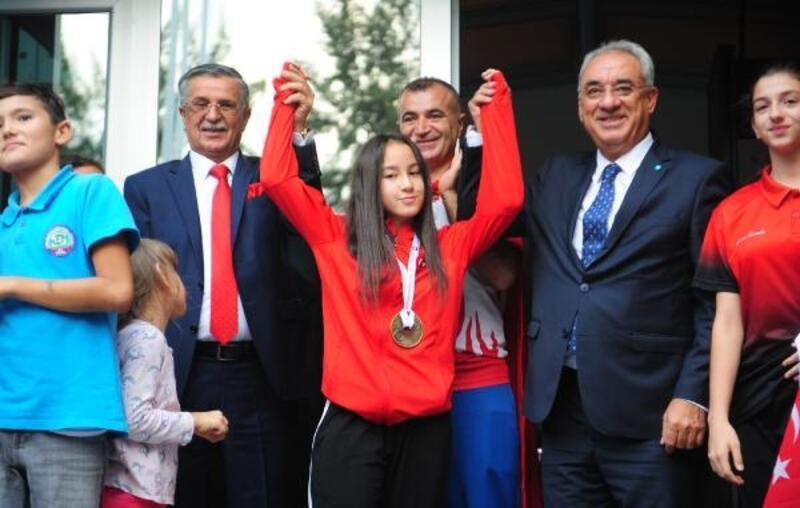 Dünya şampiyonu Müşerref Özdemir'e coşkulu karşılama