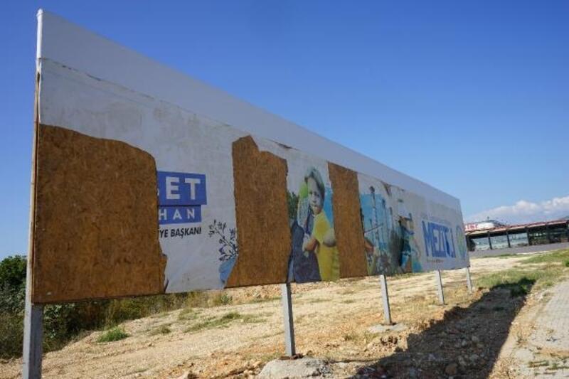 Belediye billboardlarına zarar verildi