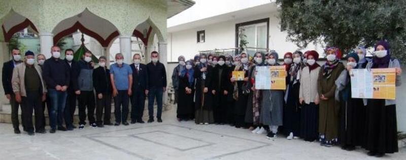 Farkındalık için cemaate maske dağıtıldı