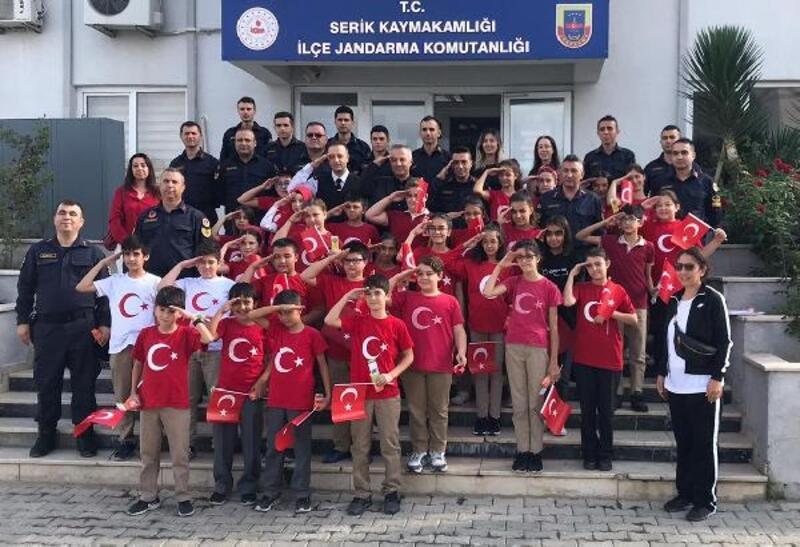 Öğrencilerden asker selamı