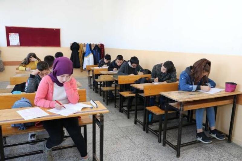 Sivas'ta 8 bin 603 öğrenci, DYK sınavında ter döktü