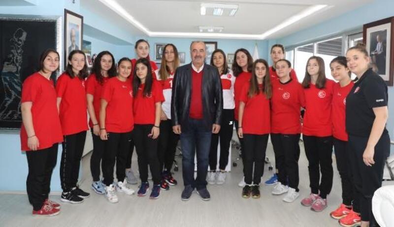 Mudanya Belediyesi Kadın Hentbol Takımı, Başkan Türkyılmaz'ı ziyaret etti