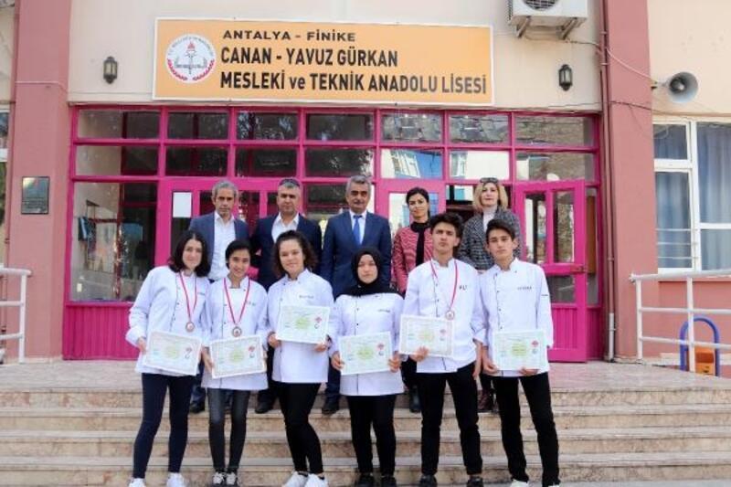 Finikeli öğrencilerden 3 bronz madalya