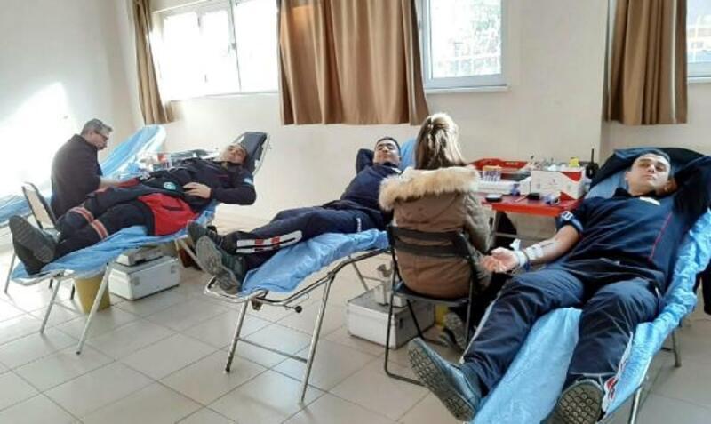 İtfaiyecilerden Kızılay'a kan bağışı
