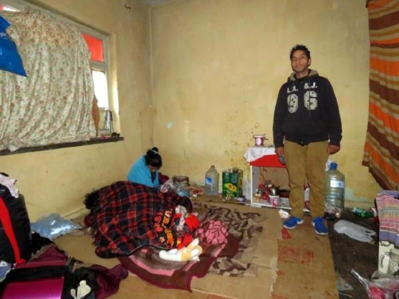 3 kişilik aile, yıkılmak üzere olan evde yaşıyor