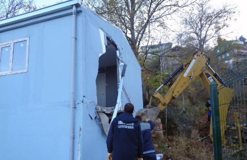 İnternetten 360 bin TL'ye satışa çıkarılan ruhsatsız ev yıkıldı