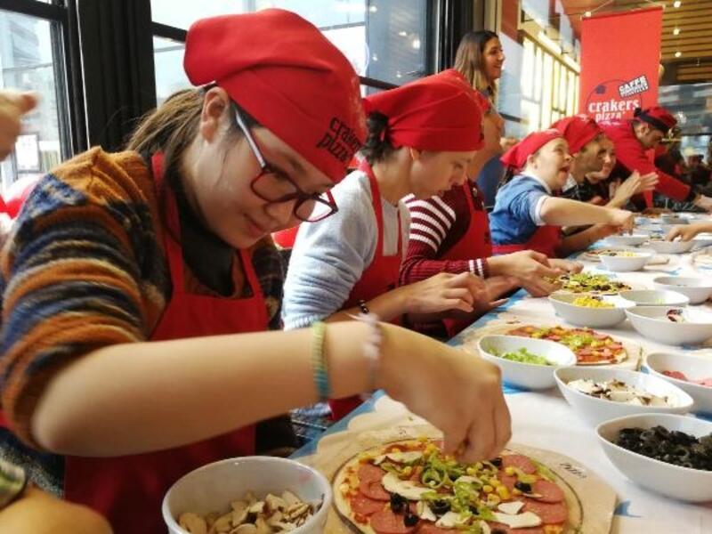 Engelli bireyler kendi elleriyle pizza yaptı