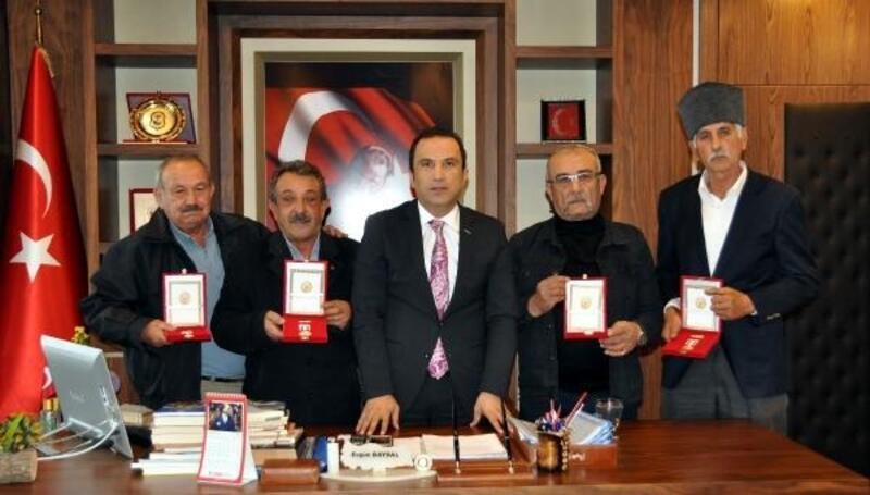 Finike'de Kıbrıs gazilerine madalya