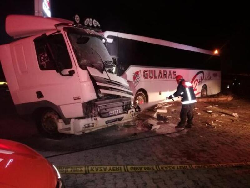 Malatya'da otobüs ile kamyonet çarpıştı: 2 yaralı