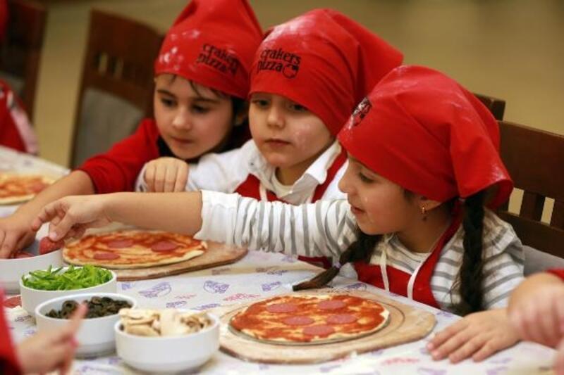 Anaokulu öğrencilerinden 5 kiloluk dev pizza