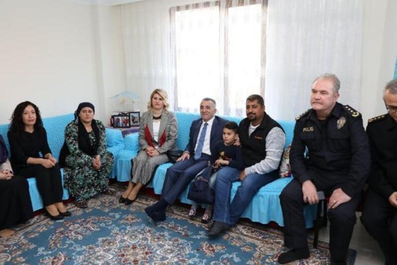 Vali Bilgin, öldürülen Zeynep Esin'in ailesini ziyaret etti
