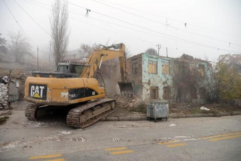 Çinçin'de yıkım çalışmaları sürüyor