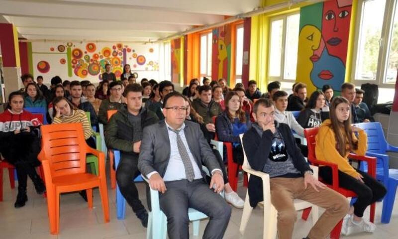 Lise öğrencileri, vatan şairi Namık Kemal'i andı